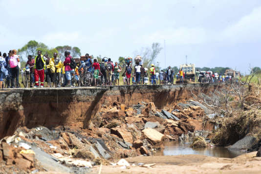 Le cyclone Idai a endommagé une section de la route à Nhamatanda, à environ 50 kilomètres de Beira, au Mozambique, le vendredi 22 mars 2019.