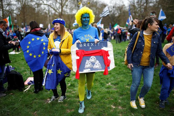 Des partisans d'un nouveau référendum sur le Brexit, le 23 mars au matin, à Londres.