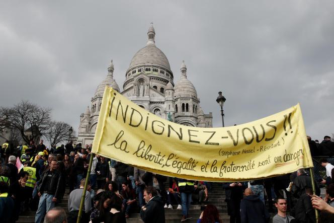 Des« gilets jaunes» devant la basilique du Sacré-Cœur à Paris, samedi 23 mars.