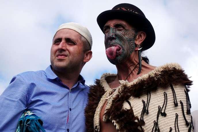 Un homme musulman et un homme Maori posent ensemble lors d'un hommage aux victimes de l'attaque de Christchurch, le 22 mars.