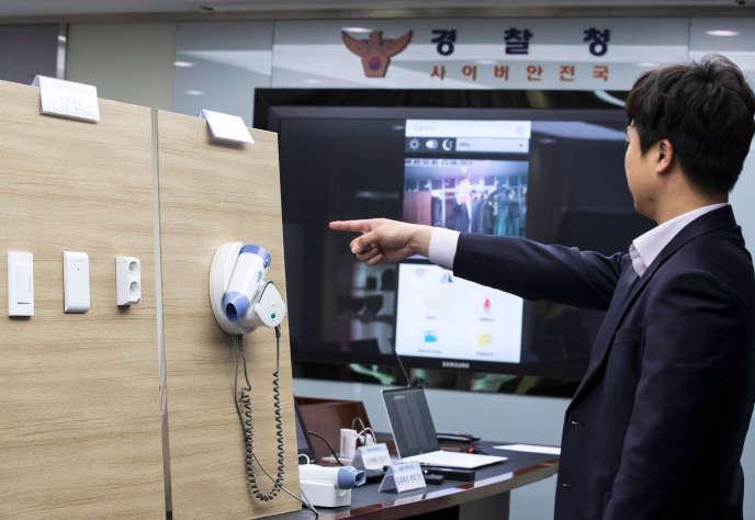 Une mini-caméra installée dans un sèche-cheveux, à Séoul en Corée du Sud, où deux hommes ont été arrêtés pour avoir filmé les ébats de couples dans des motels à leur insu et les avoir mis en ligne.