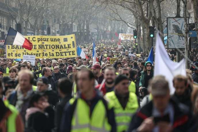 Des milliers de personnes ont manifesté à Paris, le 23 mars, pour l'acte XIX des « gilets jaunes».