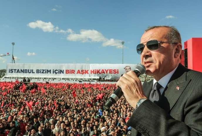 Recep Tayyip Erdogan a prononcé un discours devant ses partisans rassemblés par milliers à Yenikapi, un quartier d'Istanbul.