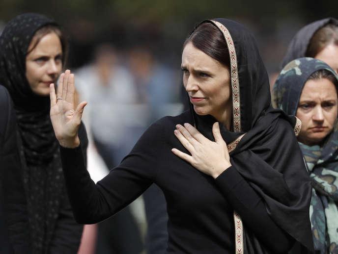 Jacinda Arderns'est recueillie à Hagley Park à Christchurch, vendredi22mars.