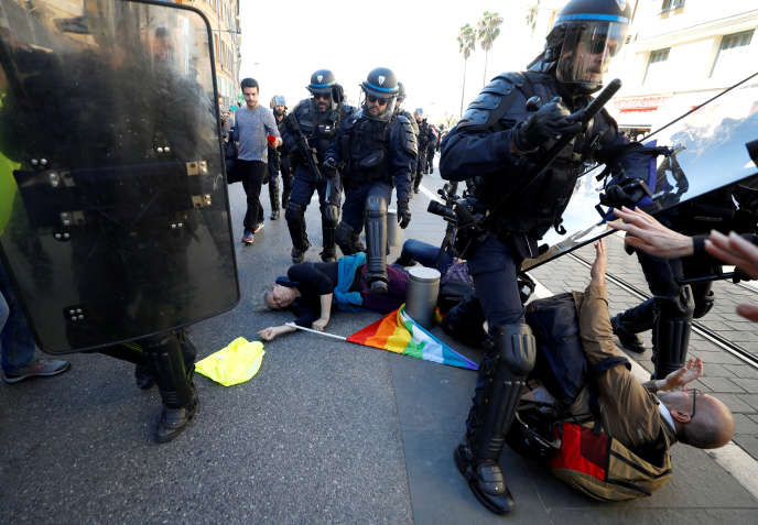 Geneviève Legay (allongée au sol), 73ans, a été grièvement blessée lors d'une charge de la police à Nice, samedi 23 mars.