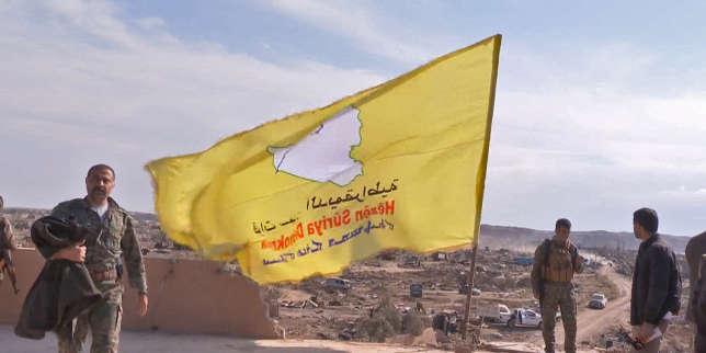 Les Forces démocratiques syriennes lèvent leur drapeau après avoir conquis le dernier bastion de l'Etat islamique à Baghouz, en Syrie, le 23 mars.