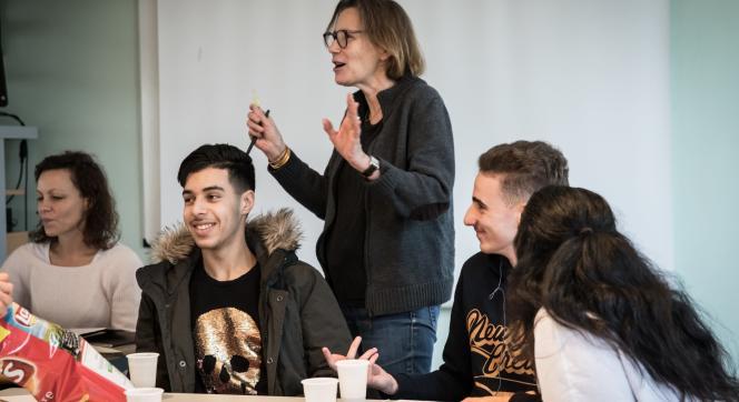 L'écrivaine Marie Desplechin lors d'un atelier d'écriture avecdes lycéens de Roubaix.