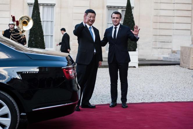 Le president de la Republique populaire de Chine, Xi Jinping, est reçu au palais de l'Elysée, le 25 mars 2019. Ici raccompagné à sa voiture par le president de la Republique, Emmanuel Macron.