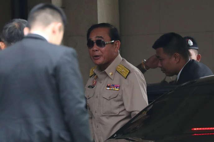 Vainqueur annoncé des élections, le premier ministre thaïlandais Prayuth Chan-ocha arrive au siège du gouvernement, à Bangkok, le 25 mars.