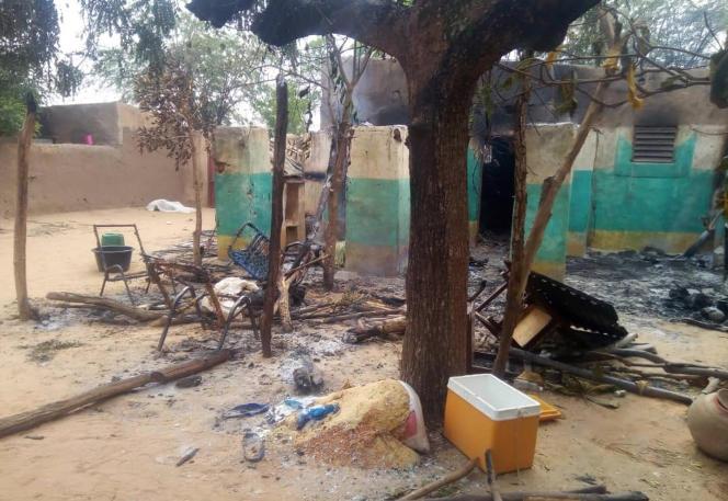 Au moins 136 personnes ont été massacrées le 23 mars 2019 par de présumés chasseurs dogons dans le village peul d'Ogossogou, dans le centre du Mali.