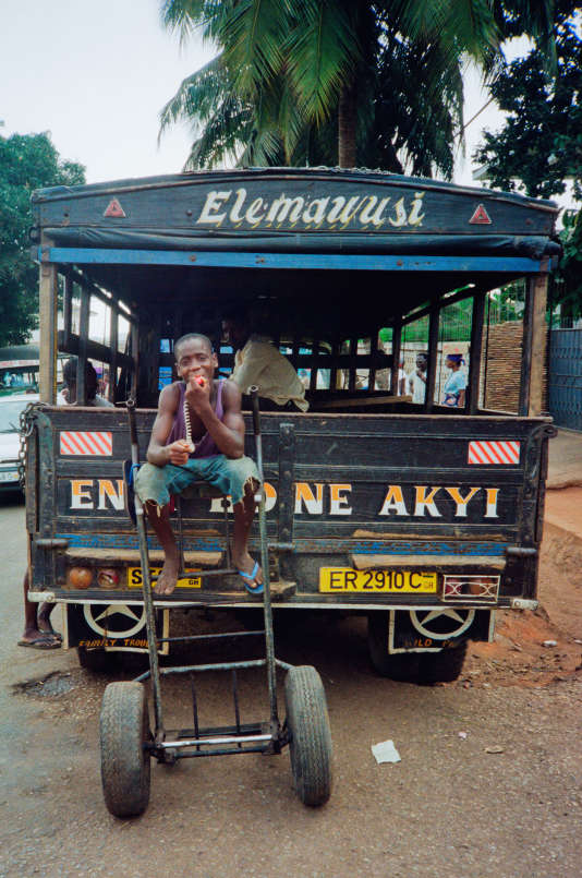 Un taxi ghanéen traditionnel, baptisé «trotro», à Accra, en 1996.