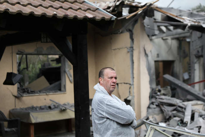 Un policier israélien, devant la maison touchée à Mishmeret, à une trentaine de kilomètres au nord de Tel-Aviv, lundi 25 mars.