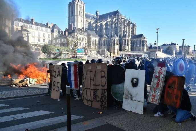 Des forains manifestent au Mans, le 25mars, pour réclamer le retour de la foire en centre-ville.