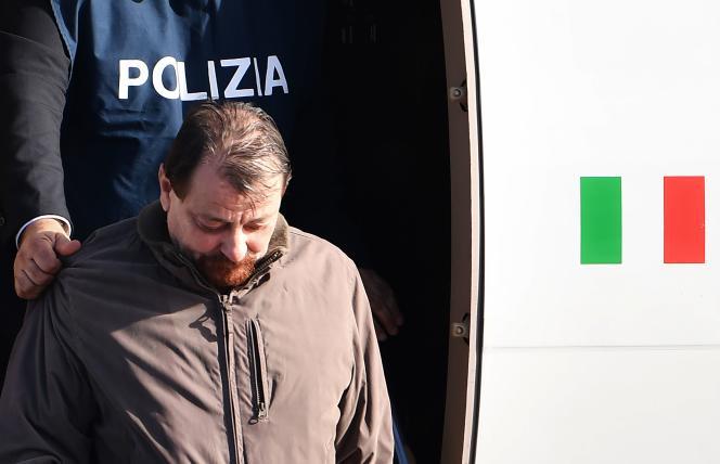 L'ancien militant communiste italien,Cesare Battisti, à son arrivée en Italie le 14 janvier, après son arrestation en Bolivie.