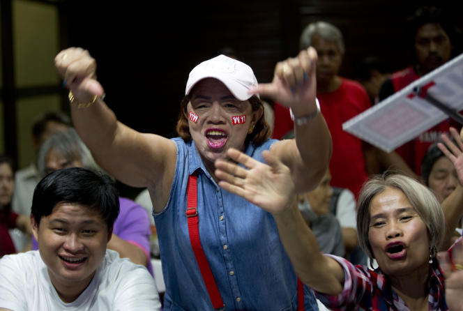 Les militants du parti d'opposition Pheu Thai party sont déçus à l'annonce des premiers résultats, le 24 mars, à Bangkok.
