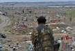 Un membre des Forces démocratiques syriennes devant les restes de la ville de Baghouz, en Syrie, près de la frontière irakienne, le 24 mars.