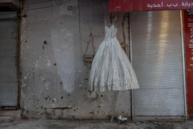 Laurence Geai est photographe depuis 2014. Elle a couvert de nombreux conflits, dont la guerre en Syrie, notamment pour « Le Monde ». Ici, le 10 mars 2019, une robe de mariée décore la vitrine d'un magasin du centre de Rakka, qui avait été fermé par l'EI.