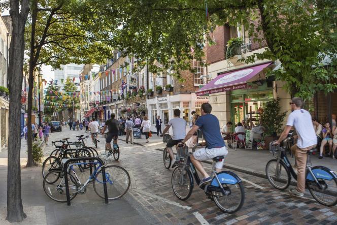 Des cyclistes dans une rue de Londres.