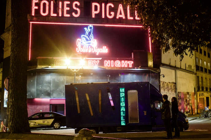 Le camion du documentariste David Dufresne devant les Folies Pigalle à Paris.