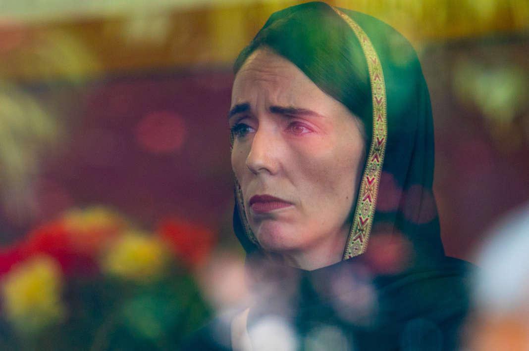 Le 16 mars, au lendemain de l'attentat, la première ministre néo-zélandaise, Jacinda Ardern, coiffée d'un foulard noir, est allée à la rencontre des rescapés et des familles dans une université où a été installé un centre d'information.