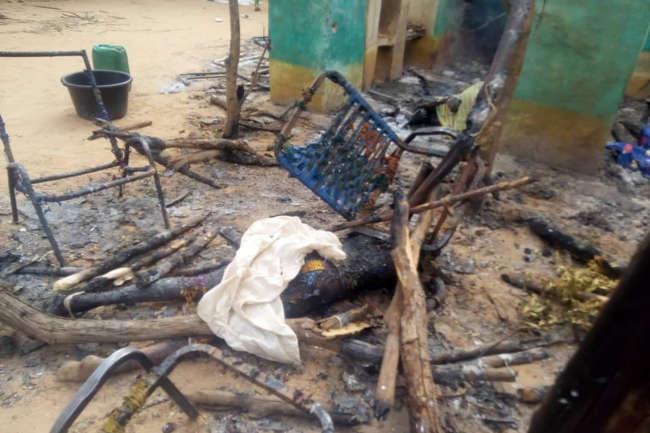 Une victime est couverte après la violente attaque qui a fait au moins 134 morts et des dizaines de blessés, à Ogossogou, au Mali, le 23mars.