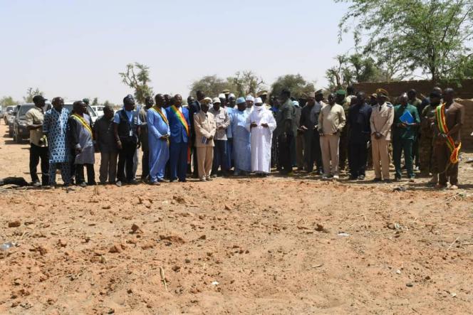 Le président malien àOgossagou, devant une fosse commune où sont enterrées certaines des 160 victimes.