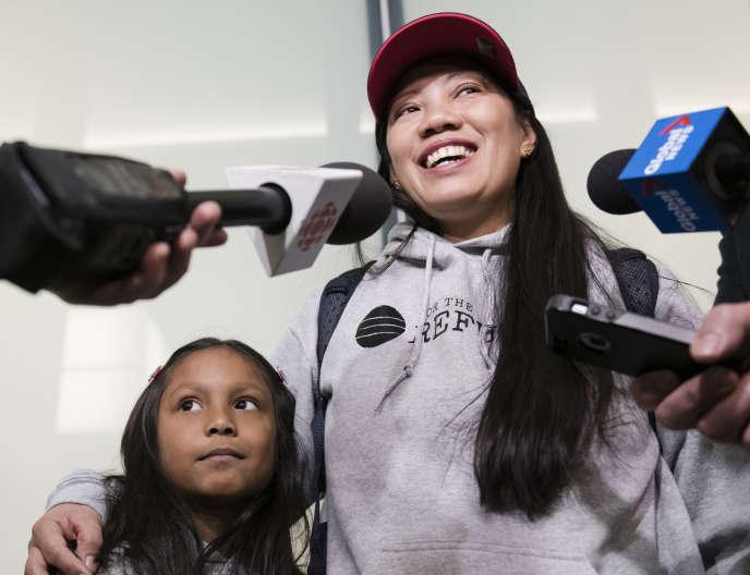 Vanessa Rodel et sa fille, face à la presse, à son arrivée à Toronto, au Canada, le 25 mars 2019.