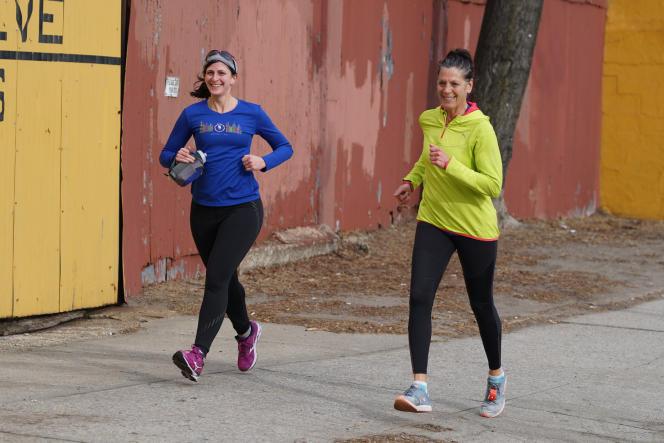 Sarah (à gauche) a adoré les Mizuno, la première paire qui a réussi à lui faire à nouveau aimer la course à pied depuis sa blessure à la cheville en 2015.