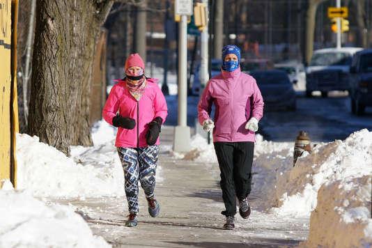 Rien ne pouvait empêcher Luann (à droite) de s'entraîner pour le marathon de Boston. Elle a parcouru au total 268 km dans ses chaussures test en cinq semaines ; un record parmi nos testeuses.