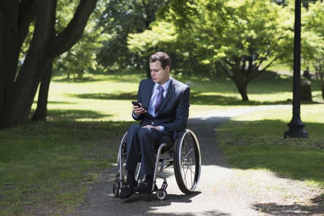 Des applications pour smartphone permettent, par exemple, de savoir si un lieu est accessible en fauteuil roulant.