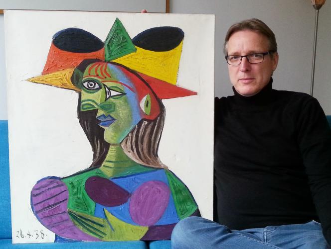 Le détective Arthur Brand pose avec le « Portrait de Dora Maar », toile de 1938 de Picasso, également connu sous le nom de « Buste de femme (Dora Maar) ».
