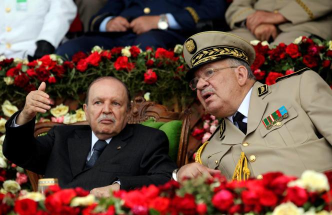 Photographie datant de 2012, montrant le présidentAbdelaziz Bouteflika (à gauche) et le chef de l'armée, le généralAhmed Gaed Salah