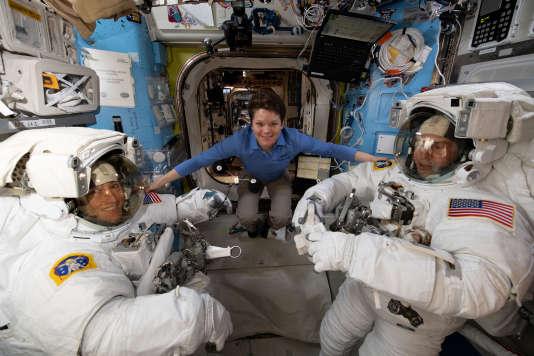 Anne McClain, Christina Koch et Nick Hague, le 18 mars à bord de la Station spatiale internationale.