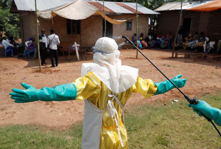 Décontamination d'un agent de santé à Beni, dans la province du Nord-Kivu, le 18 décembre 2018.
