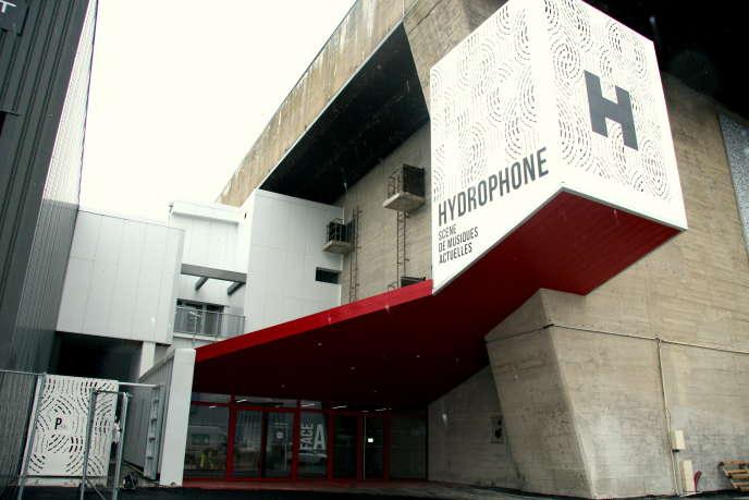 Vue de l'entrée d'Hydrophone à Lorient, côté Face A, et son enseigne cubique qui s'éclaire la nuit.