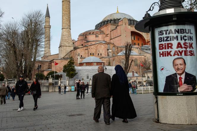 Un poster électoral du président turc Erdogan devant Sainte-Sophie à Istanbul, le 26 mars.
