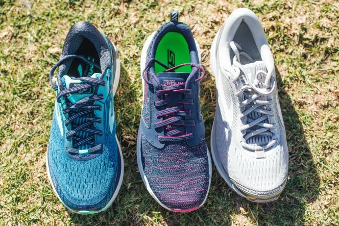 Notre modèle favori dans la catégorie des chaussures à stabilité renforcée (les Brooks Adrenaline, à gauche) a un contrefort plus rigide au niveau du talon que notre deuxième choix général (les Skechers GOrun 7, au centre) et que notre premier choix (les Brooks Ghost, à droite).