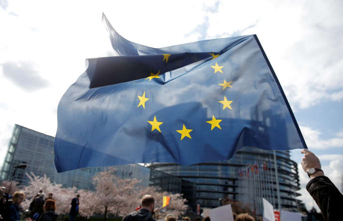 Une manifestation devant le Parlement européen au moment où ont lieu des discussions sur la directive européenne sur les droits d'auteur, à Strasbourg, le 26 mars.