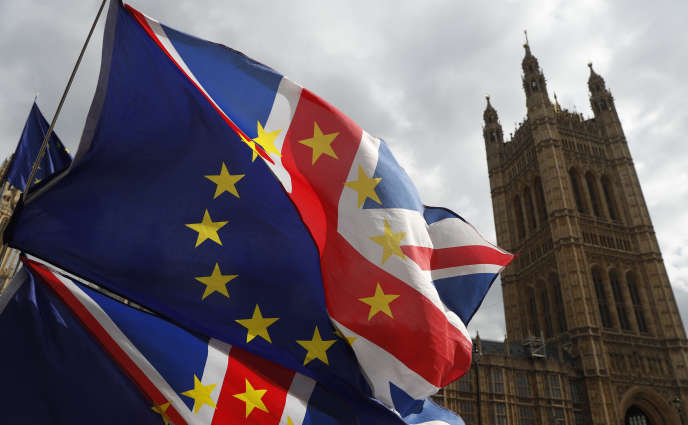 Un drapeau installé par des militants opposés au Brexit, devant le Parlement britannique, à Londres, le 26mars2019.