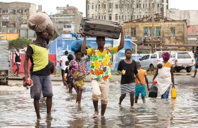 Des habitants de Beira, au Mozambique, fuient leur domicile, après le passage du cyclone tropical Idai.