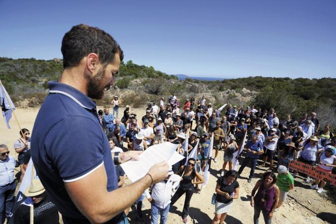 Des membres de l'association manifestant sur le site après lanon-condamnation par la cour de Bastia en 2017.