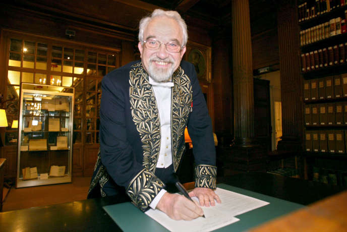 Jean Dercourt, en décembre 2003, dans la bibliothèque de l'Institut de France, à Paris.