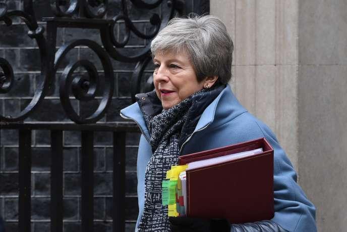 La première ministre britannique, Theresa May, devant le 10 Downing Street, le 27 mars.