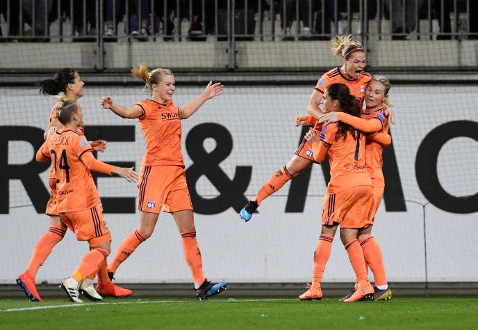 Lyon s'est qualifié pour les demi-finales de la Ligue des champions en battant Wolfsburg 4 à 2.