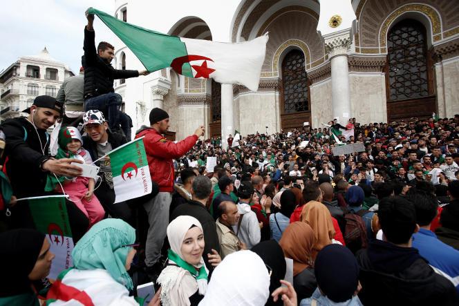 Dans les rues d'Alger, le 26 mars.