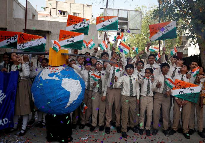 A Ahmedabad, dans le nord-ouest de l'Inde, des écoliers fêtent le tir antimissile indien effectuéle 27 mars.