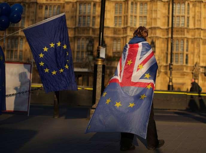 Des anti-Brexit devant le Parlement britannique à Londres, le 27 mars.