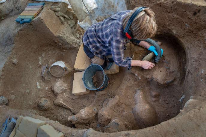 A Aléria (Haute-Corse), une tombe étrusque du IVe siècle avant J.-C. en cours de fouille.