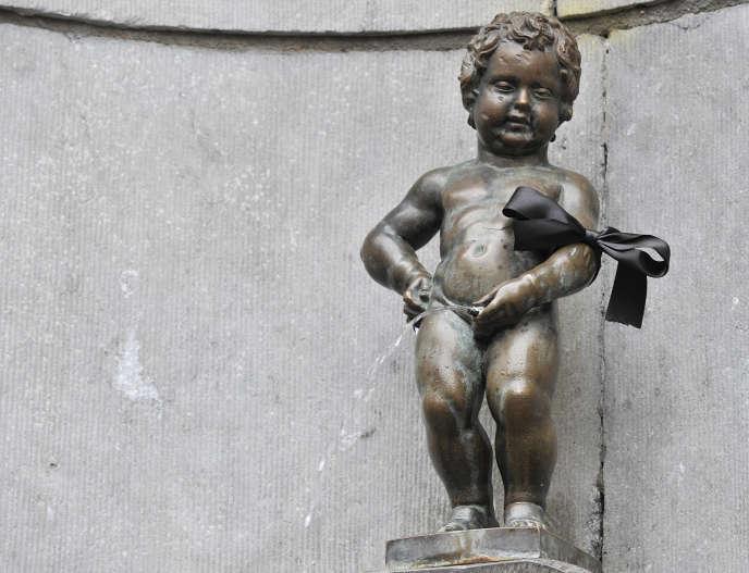 La ville de Bruxelles s'est aperçue que Manneken-Pis gaspillait entre 1 000 et 1 500 litres d'eau potable par jour, soit l'équivalent de la consommation quotidienne de quatre ménages bruxellois.