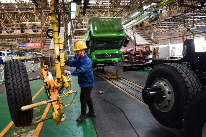 Un employé travaille sur la ligne d'assemblage d'une usine de fabrication de poids lourds à Xian, dans la province de Shaanxi (centre de la Chine), le 26 mars.